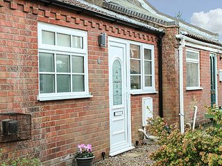 ELDERSLIE, GARDEN, cosy cottage close to beach, patio, bike storage, Hemsby