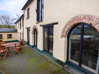 THE CIDER BARN, barn conversion, courtyard, WiFi, nr Teignmouth, Ref 941288
