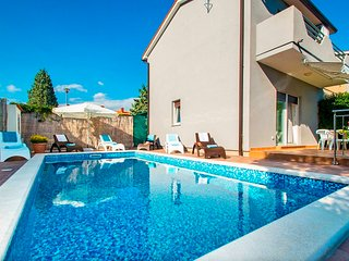 FAMILY HOUSE WITH POOL AND GARDEN