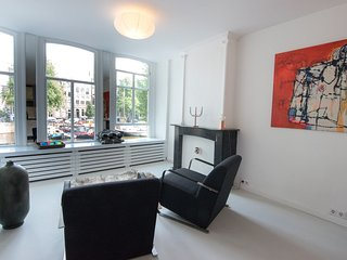 Lovely Canal Apartment - City Centre - 2 bedrooms -very close to central station