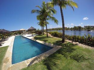Vista da piscina e do lago.