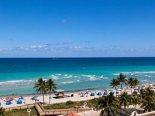 Hollywood Beach-Perfect  One Bedroom Ocean view and Kitchen