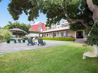 Casa tranquila con jardín y garaje privado.