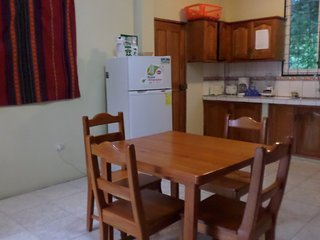 area de cocina tiene cocina equipada con horno, refrigeradora, tostadora, cafetera, licuadora.
