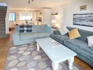 SEA HOLLY, close to coast, pet-friendly, enclosed patio, Ilfracombe, Ref 939391