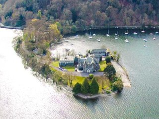 GILSON, quality cottage on shore of Windermere, king-size bed, WiFi, dog
