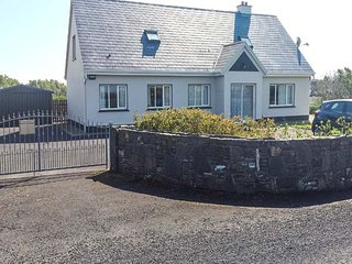 RINEMACKADERRIG, detached cottage, open fire, en-suite, lawned garden, in Carrig
