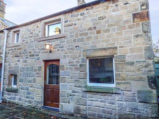 OLD FARM HOUSE, stone-built annexe, en-suite, Smart TV, off road parking, Rowsle
