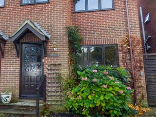 FIELDSIDE, coastal, cottage garden, WiFi near Totland, Ref 948494