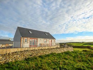 YSGUBOR NEWYDD, detached cottage, en-suite wet room, wrap-around balcony, Cemaes