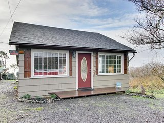 Waterfront on Netarts Bay. Beautiful views, dog-friendly, near attractions!