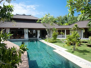 Shantika, Luxury 3 Bedroom Villa, large pool, close to beach Seminyak