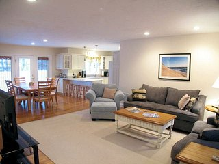 Gorgeous 4 BR Property with Central A/C, King Bed & Garage - YA0396, Yarmouth