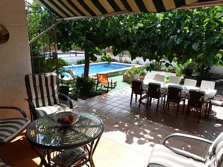 Family villa with fantastic garden with private pool and free wifi, Miami Platja