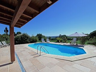 Spacious home in serene setting next to vineyards. Views, Short walk to café bar