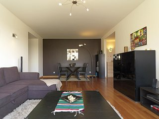 Spacious  Expo Marina apartment in Alameda with WiFi & lift.