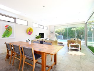 Artistic family home - walk to beach, cafes, shops, Waverley