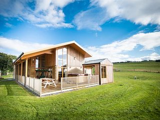 AURAE, quality lodge with hot tub, saunda, views, open plan accommodation, Cawdo