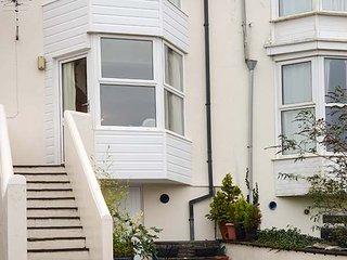SEA HOLLY, close to coast, pet-friendly, enclosed patio, Ilfracombe, Ref 939391