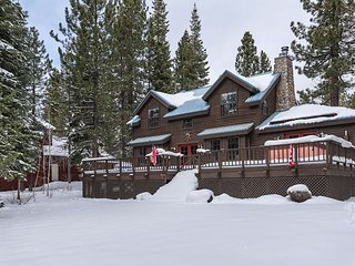 5BR, 3.5BA Mountain Home in Truckee w Hot Tub - Near Skiing & Donner Lake