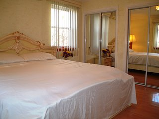 Affordable Luxury King Size Private Bedroom 20 Mins to Midtown NYC and airports, Forest Hills