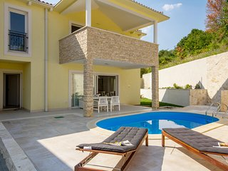 SUNNY ROCK APPARTMENTS WITH PRIVATE HEATED POOL