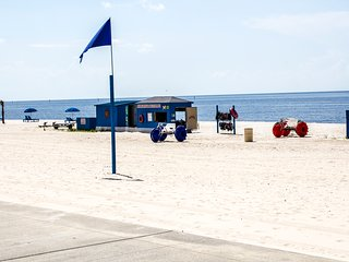 Beach Condo 89. Walk to beach, restaurants . Pool!, Biloxi