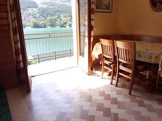 L'incanto di una vista sul lago di Scanno con camino e giardino