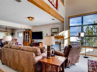 Spacious 4 BR/3 BA duplex, private hot tub, lg group/families, skiing, pet friendly, sleeps 11, Silverthorne