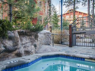 Ski-in/ ski-out - Great location, steps to the gondola, w/ shared pool/hot tub!, Lagos Mammoth