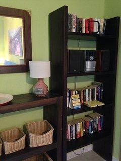 Recibidor con música y libros en español e inglés