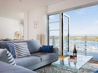 The Slipway - a brand new 5* waterfront apartment with marina views and parking