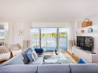 The Slipway - a brand new 5* waterfront apartment with marina views and parking, Falmouth