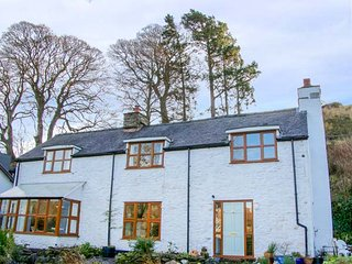 GLADSTONE HOUSE, detached, woodburners, private patios, pet-friendly, Llanarmon