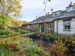 HIGH WALLOWBARROW FARM COTTAGE, stunning views, on a working farm, oil central