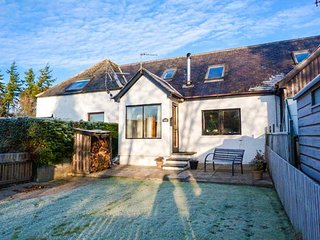 GILLEBRIDES COTTAGE, woodburner, enclosed garden, pet-friendly, WiFi, in Evanton