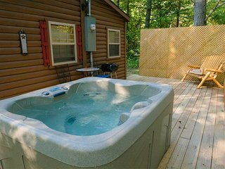 Junebug Cabin, HOT TUB, WiFi, Fishing/Swimming Pond, Grill, Fire Ring