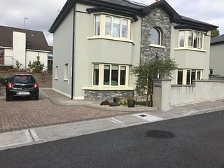 LUXURY 4 bed - 4 mins to Killarney town - near Natl Pk, free wifi  priv. parking
