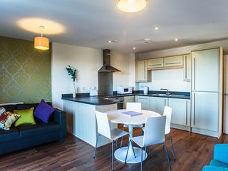 Luxurious 2 bed apartment - 2 mins to train/bus station