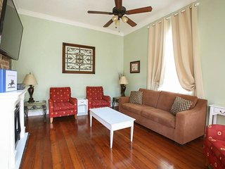 Garden 7BR Charmer off Magazine St; Great For Large Families Or Get Togethers, New Orleans