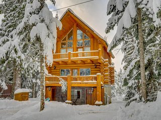 Dog-friendly lodge with two large decks & hot tub, close to lake and skiing!, Government Camp
