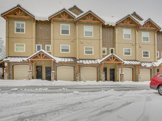 Upscale mountain lodge condo with shared pool, hot tub, & sauna!