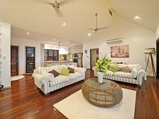 beautiful 4 bedroom house, located centrally, sea views and large private pool, Airlie Beach