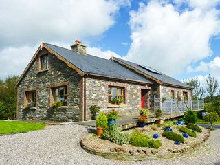 THE STONE HOUSE, detached, two open fires, WiFi, pet-friendly, private enclosed garden, near Kilrush, Ref 945088