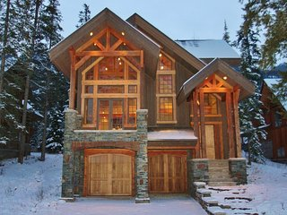 Family/group Ski chalet on the ski hill, 5 br, 5 bth, sleeps 12+, hot tub for 8, Golden
