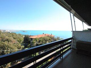 In residence sul mare, appartamento su due livelli con balcone vista mare