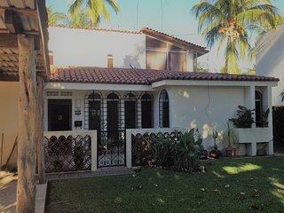 Sunny Beach House sleeps up to 9, Manzanillo