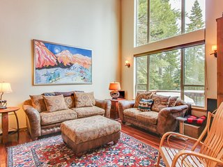 Bright getaway w/ shared Tahoe Donner amenities (hot tub/pool/sauna), dogs OK!