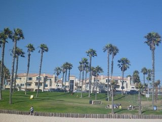 Literally Steps From The Beach - 2 Bedroom Condo All the Amentities !, Huntington Beach