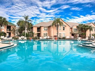 Beautiful suite 1.5 miles from Disney! Sleeps 6.